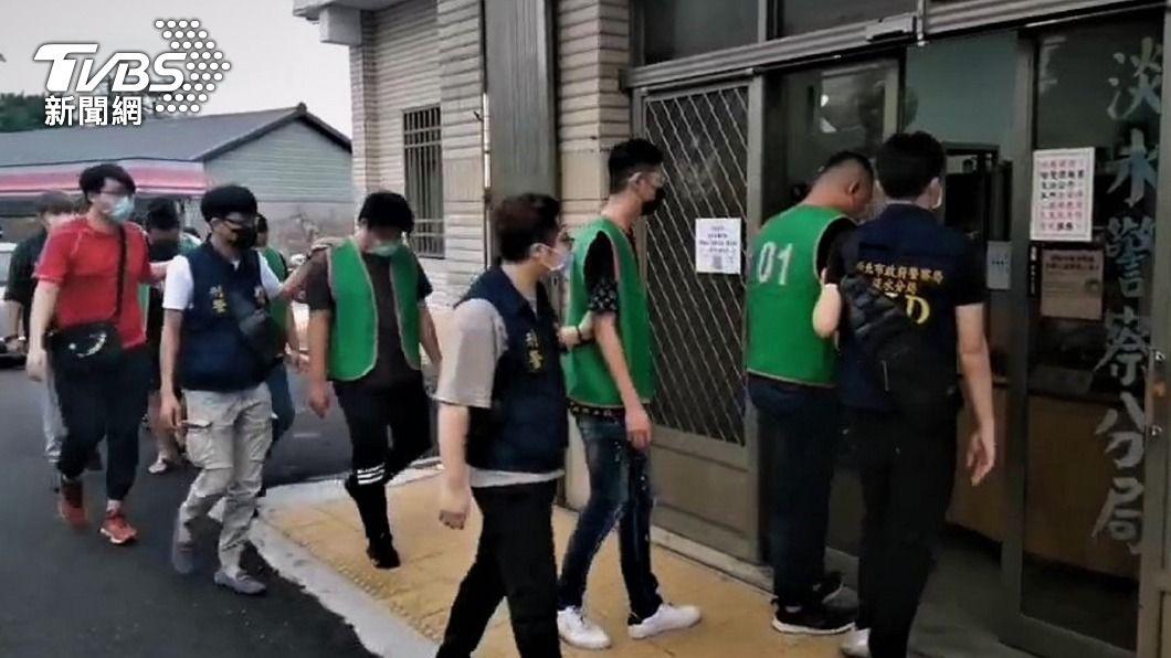 (圖/中央社) 揪眾14打1 淡水警方速逮人送辦並依群聚開罰