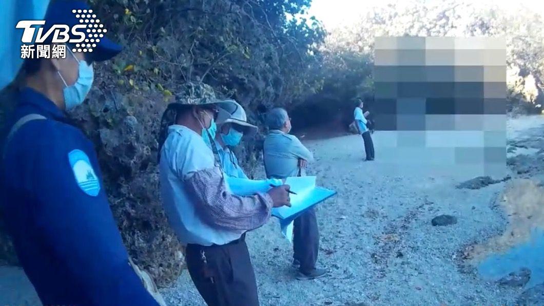 外籍民眾進入墾丁國家公園未戴口罩。(圖/TVBS) 疫情期間偷偷進入國家公園!開罰22件 墾丁違規最多