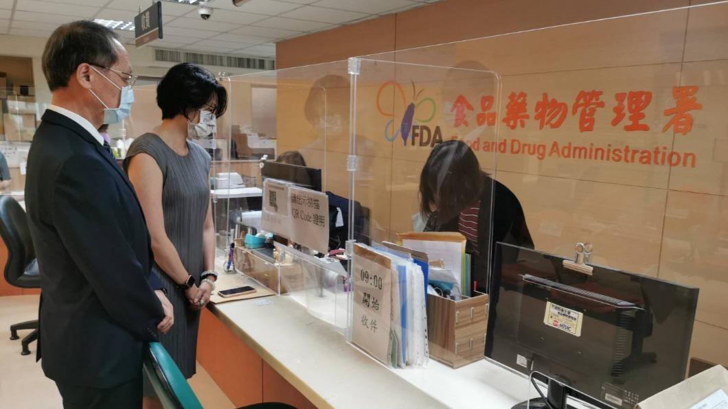 慈濟預計購買疫苗,今由顏博文執行長(左)正式前往食藥署送件。(圖/慈濟基金會提供) 慈濟出手5百萬劑BNT!執行長赴食藥署親自遞件