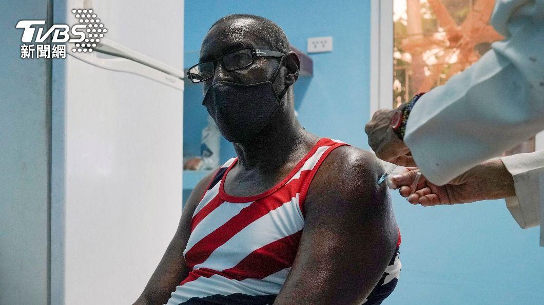 古巴民眾接種國產疫苗。(圖/達志影像路透社) 超給力!古巴國產疫苗沒授權直接開打 保護力高達92%
