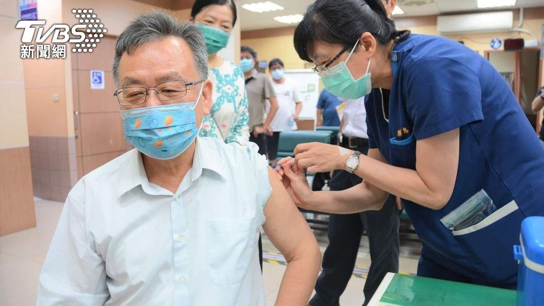 澎湖縣長賴峰偉打AZ疫苗。(圖/中央社) 澎湖長者出現疫苗緩打潮 賴峰偉:施打利大於弊