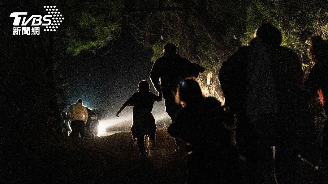 移民在深夜進入美墨邊界。(圖/達志影像路透社) 人權組織:墨西哥邊境自1月起逾3千移民遭綁架、性侵