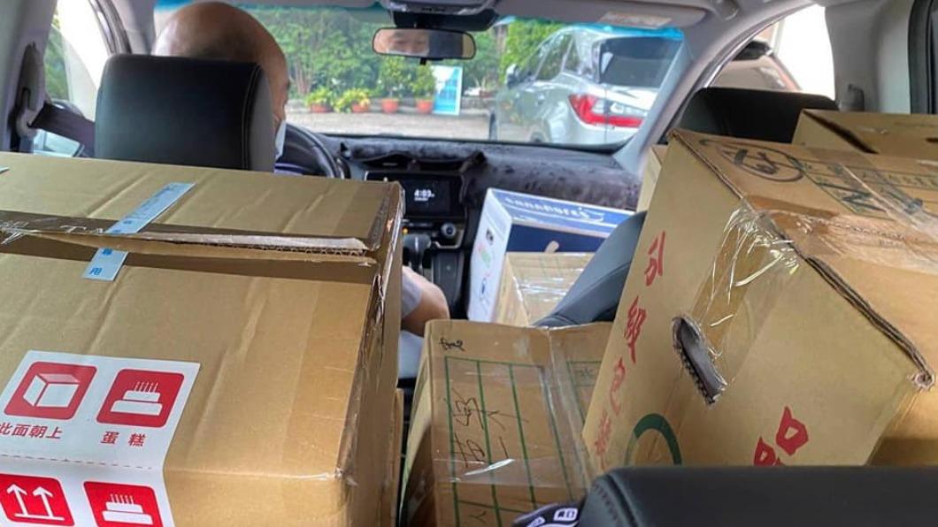 韓國瑜繼日前捐贈百台筆電後,再次出手盼能鼓舞老東家士氣。(圖/翻攝自韓國瑜臉書) 韓國瑜訂大單挺北農 蔬果電鍋「堆滿整車」親送育幼院