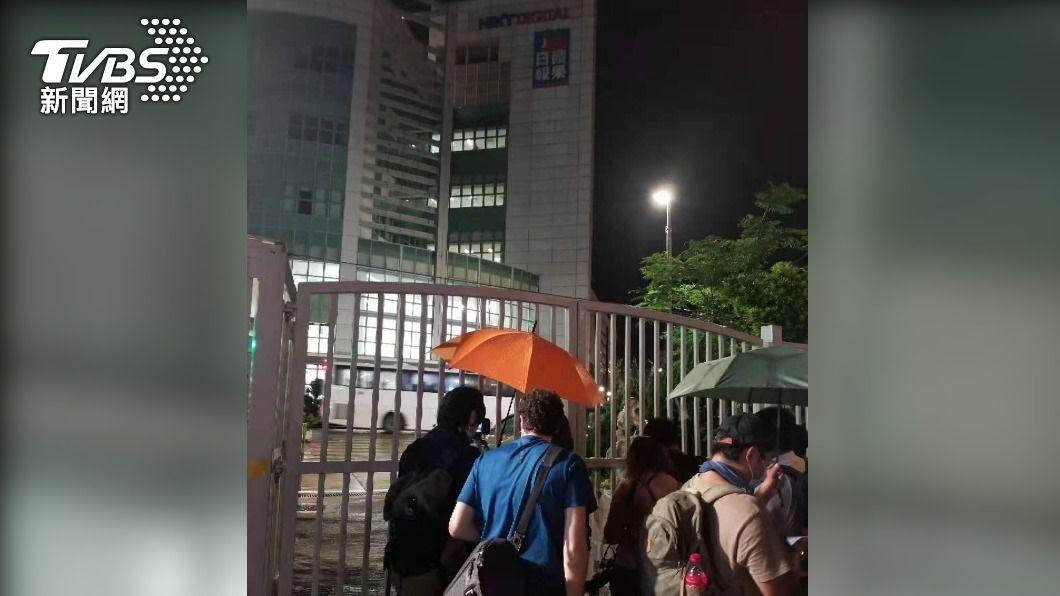香港蘋果日報最後一夜,港人及媒體前往關心。(圖/中央社) 香港蘋果停刊 美兩黨議員譴責北京扼殺言論自由