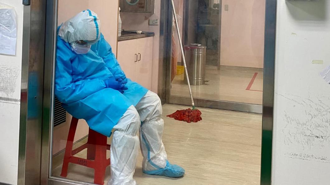 清潔員消毒病房後累的睡著。(圖/「J個醫生」授權提供) 關隔離病房100分鐘消毒 他累壞「靠門沉睡」身影惹淚
