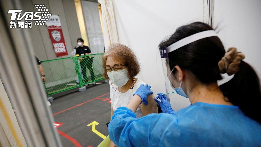 日本民眾接種疫苗。(示意圖,非當事人/達志影像路透社) 日首起接種莫德納後死亡 94歲老翁「蜘蛛膜下腔出血」
