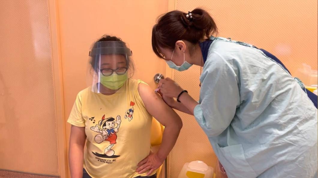 醫護人員替孕婦施打疫苗。(圖/台中市政府提供) 孕婦超踴躍!中國附醫首波150劑莫德納疫苗 預約秒殺