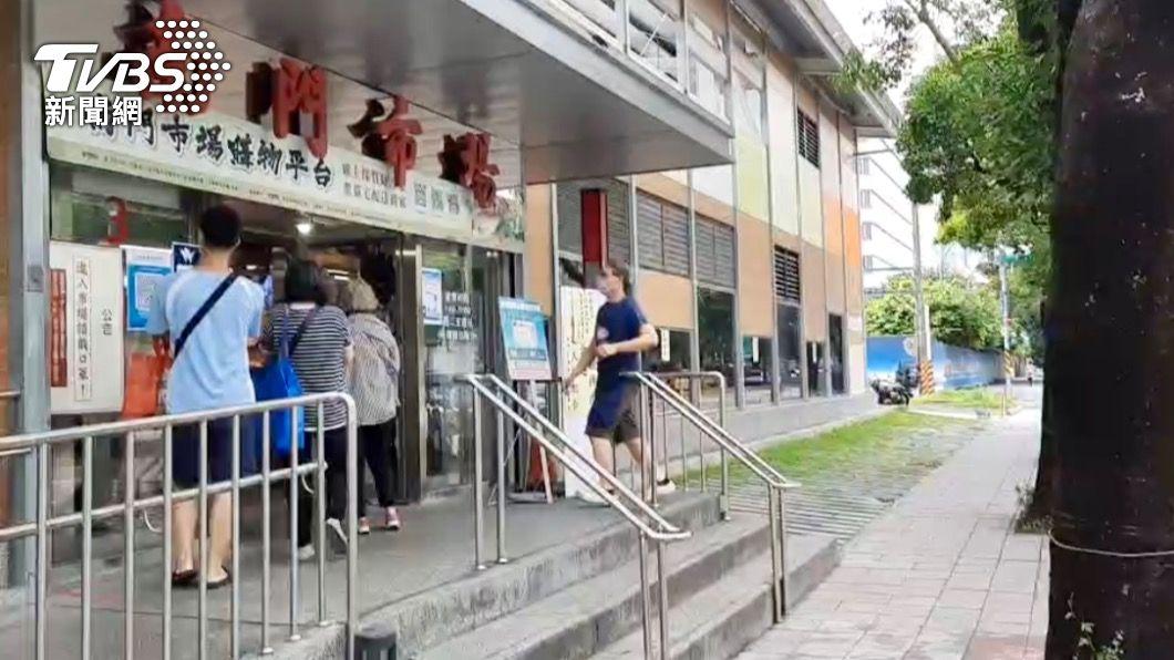 保大員警至南門市場加強宣導。(圖/TVBS) 三級警戒延至7月12日 防疫廣播升級「2.0四聲道」