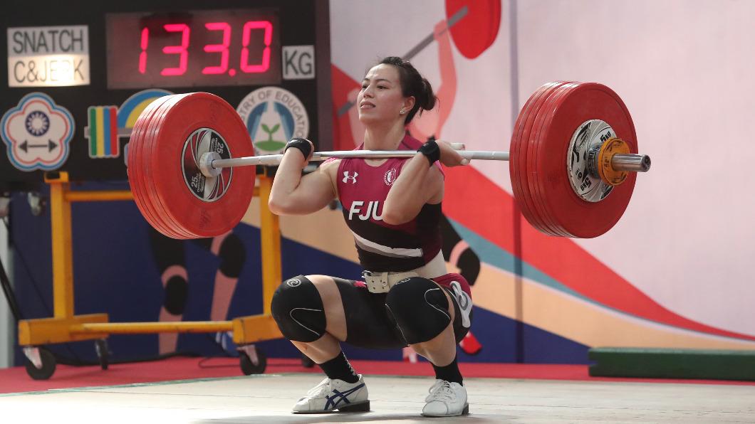 圖為110年全國青年盃舉重錦標賽,台灣舉重好手郭婞淳在女子64公斤級出賽,以抓舉107公斤,挺舉133公斤獲得冠軍。(圖/中央社)  同量級幾乎已無敵手 郭婞淳鎖定東奧金牌