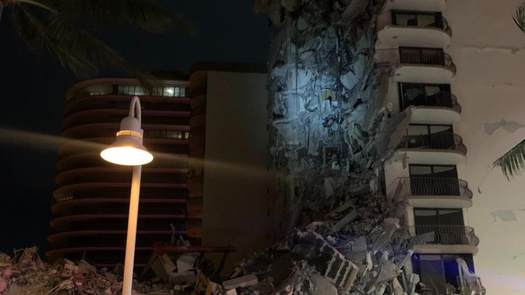 美國佛羅里達州邁阿密海灘1棟12層建築物部分崩塌。(圖/翻攝自MiamiBeachPD Twitter) 美佛州12樓公寓突崩塌釀死傷 驚悚畫面曝光