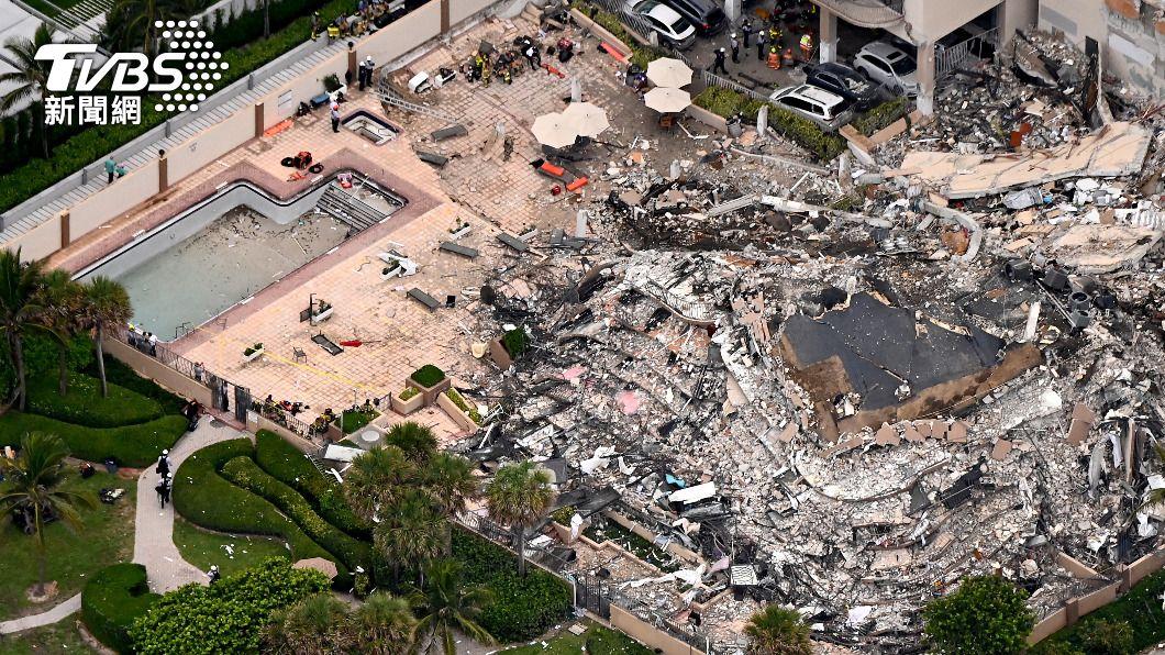美國佛州邁阿密海灘附近一處濱海公寓高樓坍塌。(圖/達志影像路透社) 美國佛州大樓坍塌99人失聯 含巴拉圭第一夫人親戚