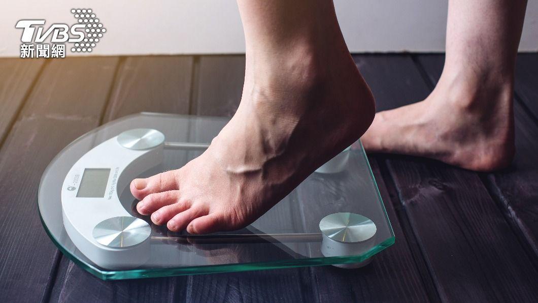 許多人疫情期間在家吃得少,不過體重卻增加幾公斤。(示意圖/shutterstock達志影像) WFH在家吃得少體重不減反增?營養師曝易胖關鍵
