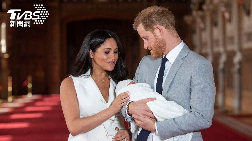 哈利、梅根與兒子亞契。(圖/達志影像美聯社) 皇室頭銜帶「蠢」字 哈利、梅根拒絕兒子受封鄧巴頓伯爵