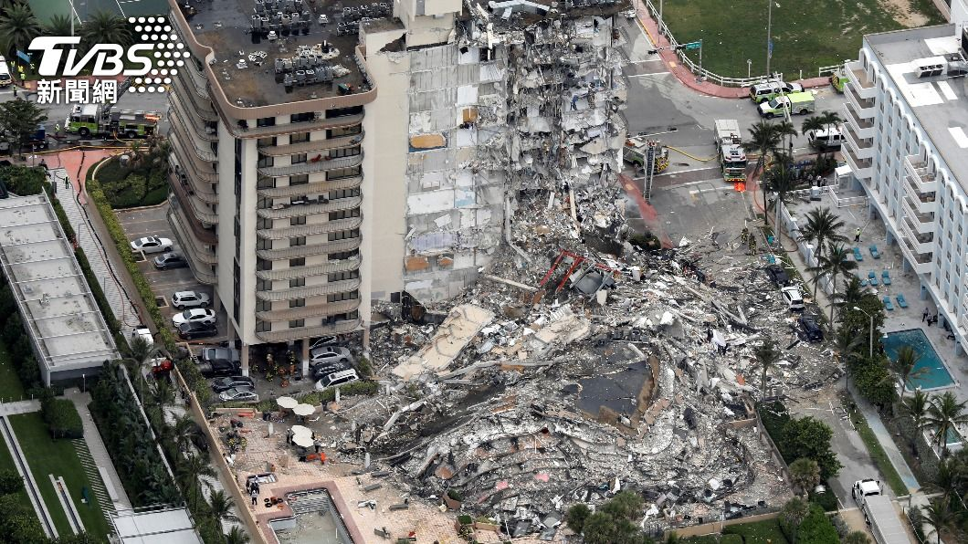 佛州一棟公寓大樓崩塌。(圖/達志影像路透社) 蓋在下沉填平溼地上 佛州40年公寓大樓一夕崩塌