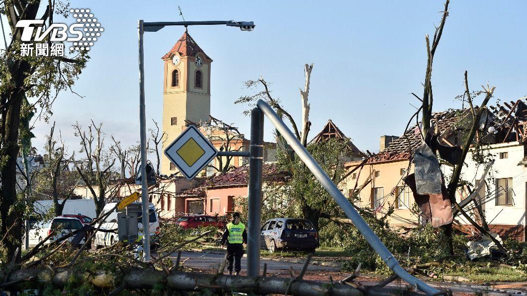 龍捲風襲擊捷克東南部。(圖/達志影像美聯社) 捷克南部史上最強龍捲風肆虐 至少3死數百人傷
