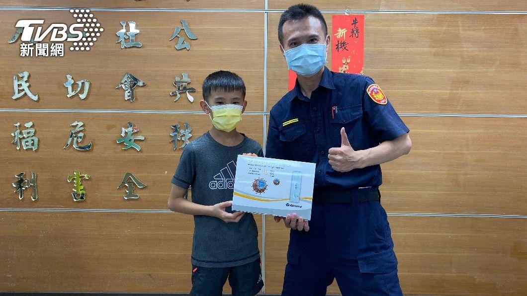 小四學童存錢捐快篩給警察。(圖/TVBS) 暖心!10歲童存錢一年8750元 買快篩贈防疫員警