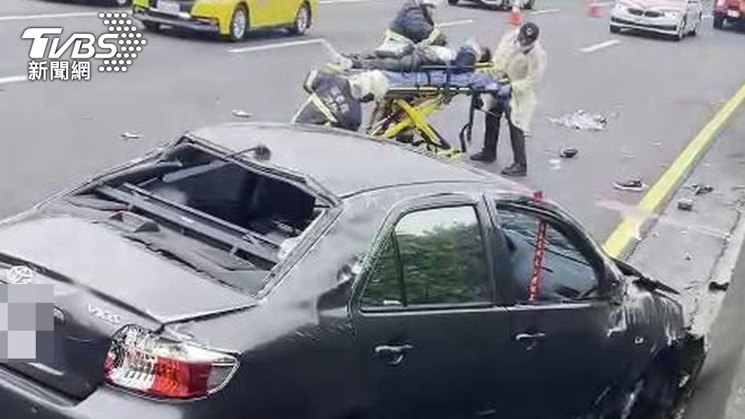 國道1號南下銅鑼路段發生死亡車禍事故。(圖/中央社) 國1死亡車禍!男駕車自撞護欄 噴飛車外慘死