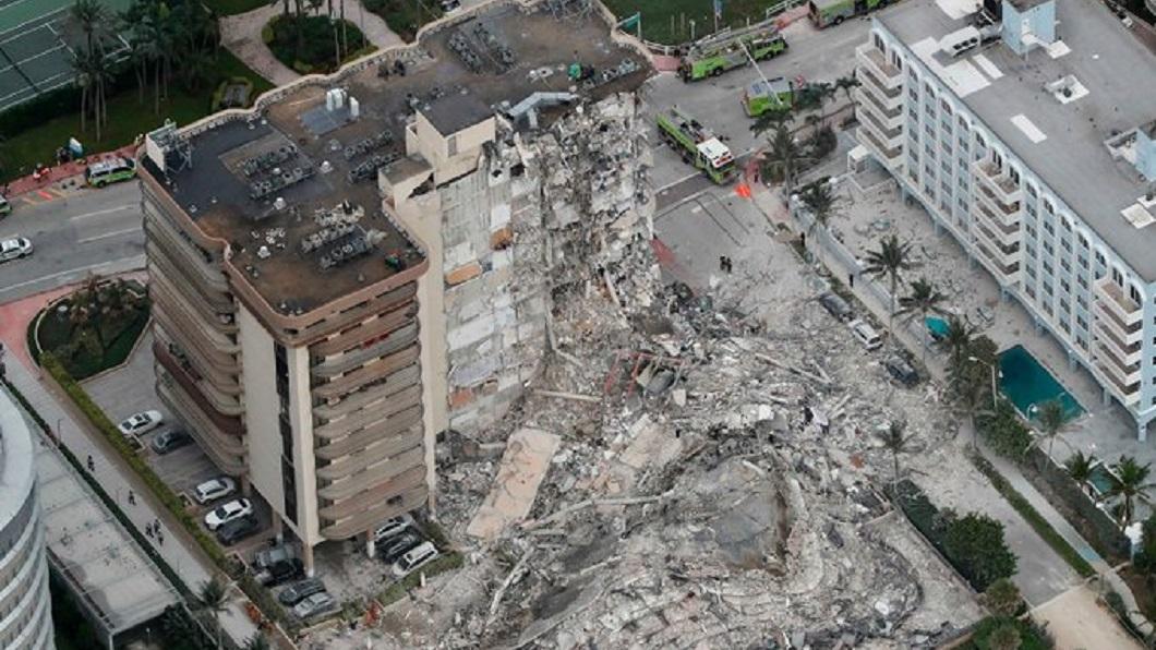美國邁阿密一棟大樓24日凌晨2時突然發生崩塌事件。(圖/翻攝自推特) 邁阿密大樓倒塌釀4死 159人失聯搜尋中