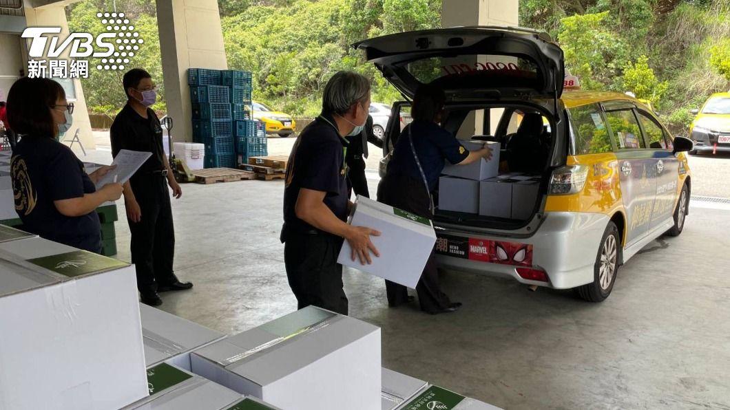 台中市府與計程車客運業者推出「協助載送貨物及外送餐點」服務。(圖/中央社) 攜手共度疫情 中市與計程車業者推外送服務
