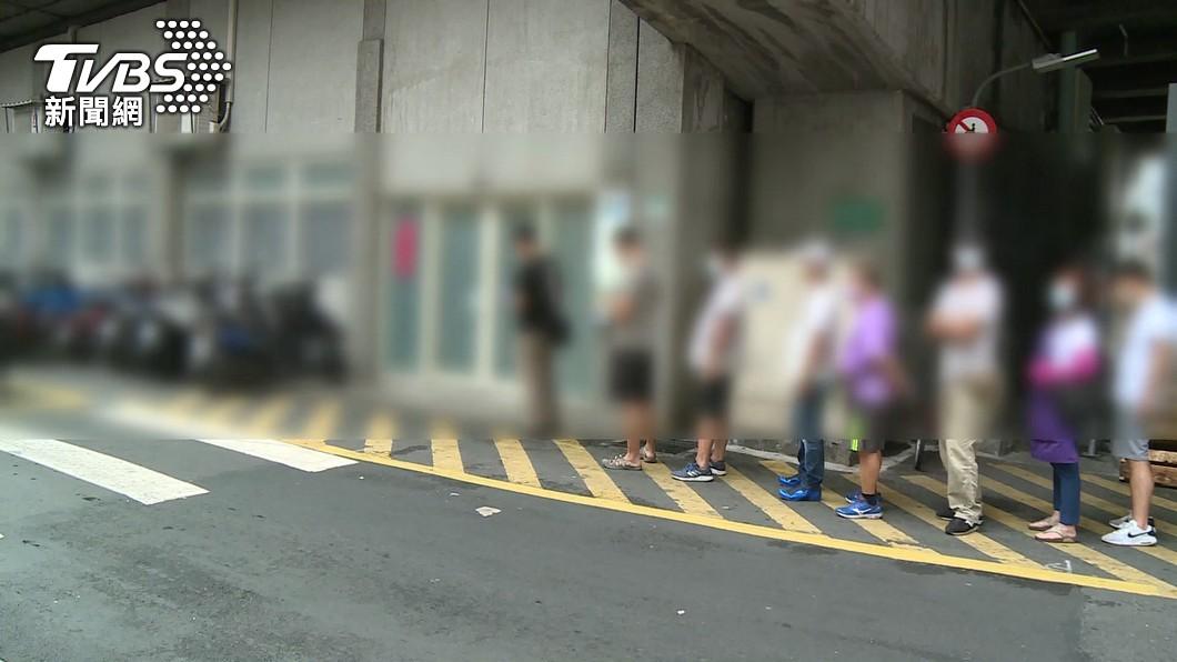 攤商排隊等待快篩。(圖/TVBS) 陳時中喊「北農疫情有點嚴重」 柯文哲認:確實是個問題