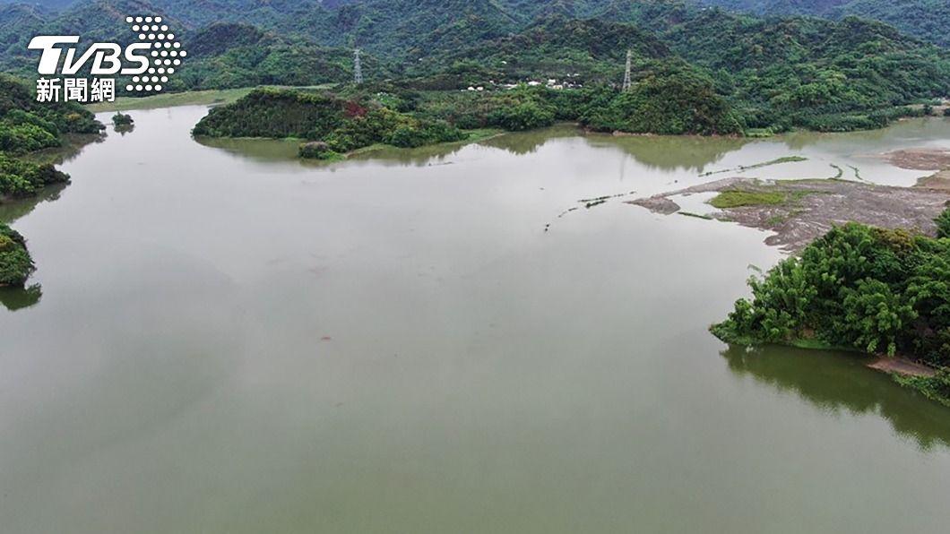 台南發生強降雨,白河水庫也開始調節性放水。(圖/中央社) 台南雨勢猛烈 南化、白河水庫滿水位有利稻作供灌