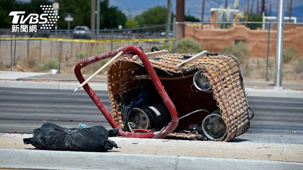 墜毀的熱氣球吊籃仍在事故現場。(圖/達志影像美聯社) 美國熱氣球墜毀意外 碰撞電線後墜30公尺釀5死