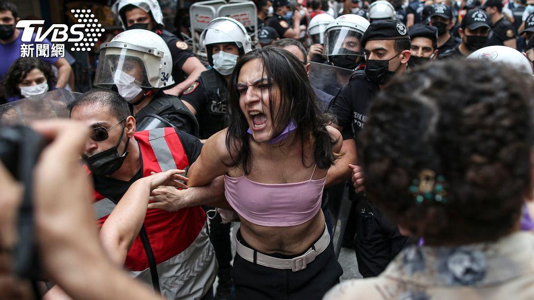 遊行過程中,民眾與警方爆發衝突。(圖/達志影像美聯社) 土耳其警方鎮壓同志驕傲月遊行團體 強行逮捕超過20人