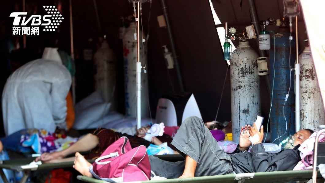 印尼當地醫療機構在戶外架設帳篷提供治療。(圖/達志影像美聯社) Delta變種病毒攻陷印尼 醫院占床率飆破75%