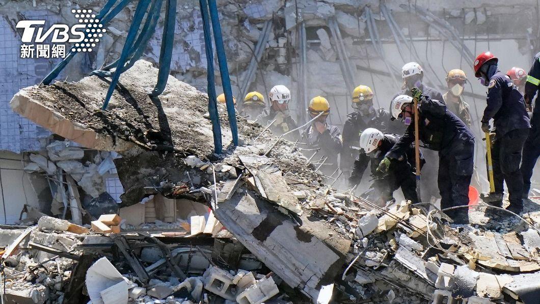 救災人員在現場搶救受困民眾。(圖/達志影像美聯社) 佛州大樓倒塌早有跡象 3年前報告指有「重大結構毀損」
