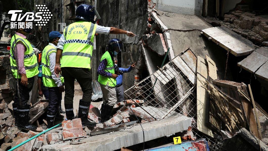 工作人員在爆炸現場勘查建築物毀損情形。(圖/達志影像路透社) 孟加拉大樓疑瓦斯管線內甲烷囤積引爆 已知7死50傷