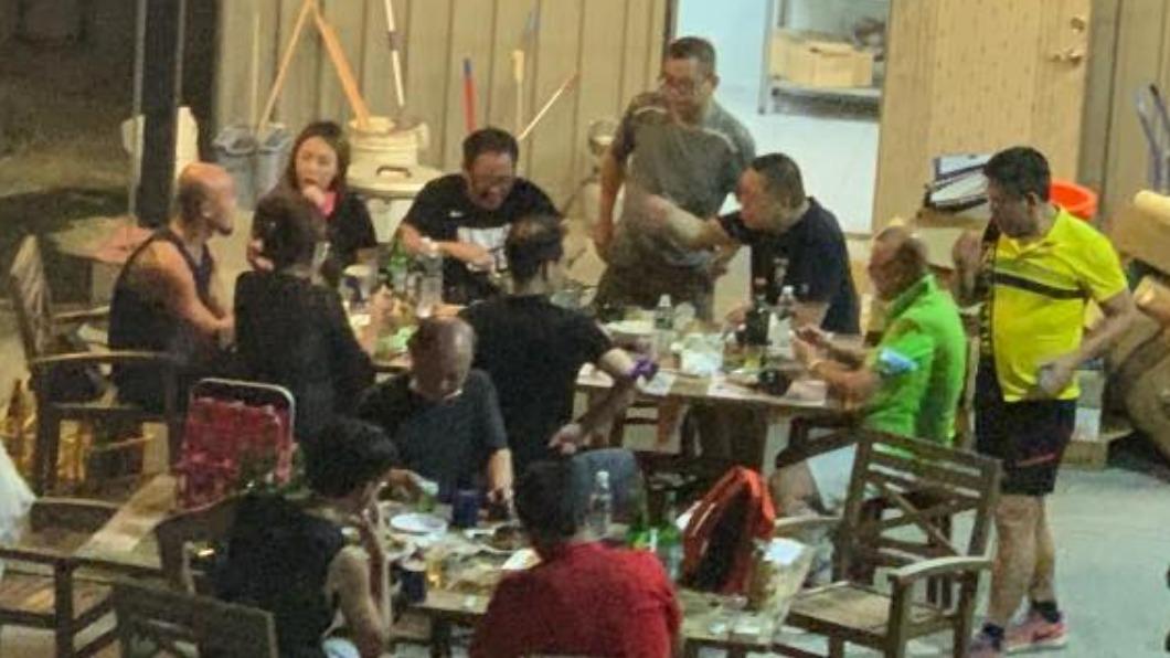 桃園一家廣東火鍋店被民眾直擊,有12人在露台上群聚用餐。(圖/翻攝自桃園爆報臉書) 知法犯法!桃園火鍋店12人群聚開趴 網控警察來都沒事