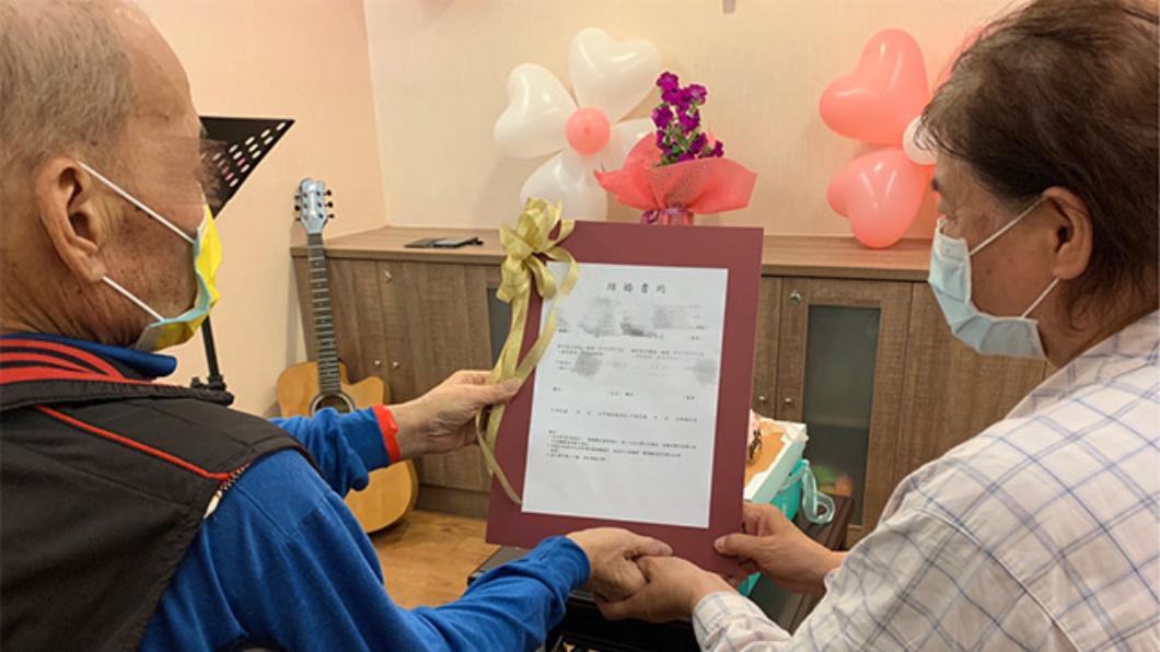 老張與吳女士今日在門諾醫院完成結婚儀式。(圖/門諾醫院提供) 癌末翁想給戀人名分!醫護辦婚禮幫圓夢 新娘淚喊我愛你