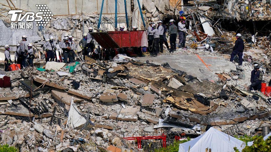 事故現場大量鋼筋碎瓦加深搜救難度。(圖/達志影像美聯社) 佛州大樓再尋獲2大體 恐成美國史上最嚴重建物倒塌意外