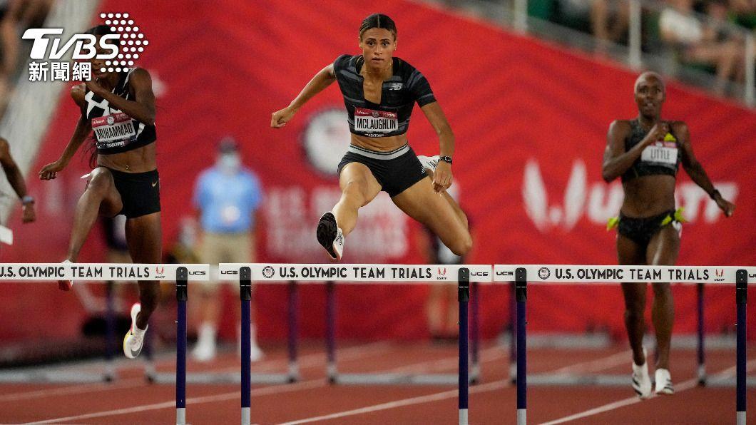 美國東京奧運田徑代表隊選拔賽 28 日舉行女子 400 公尺跨欄決賽,21歲麥勞夫林(中)以 51 秒 90 打破世界紀錄。(圖/達志影像美聯社) 麥勞夫林破女子400公尺跨欄世界紀錄 奪東奧門票