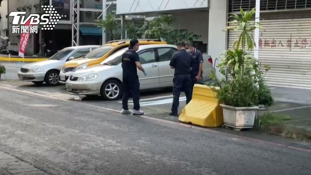 高雄市今日街頭發生一起命案。(圖/TVBS) 高雄家樂福旁傳命案 男遭衝撞後被亂棒圍毆亡