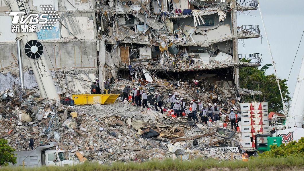 美國佛州一棟公寓大樓倒塌。(圖/達志影像美聯社) 佛州大樓崩塌增至12人罹難 拜登夫婦將視察現場