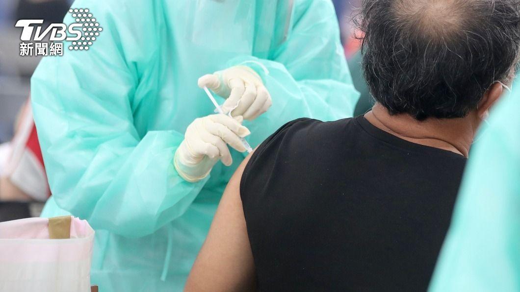 民眾施打疫苗。(圖/中央社) 台中疫苗第一劑施打逾82萬人 涵蓋率破29%