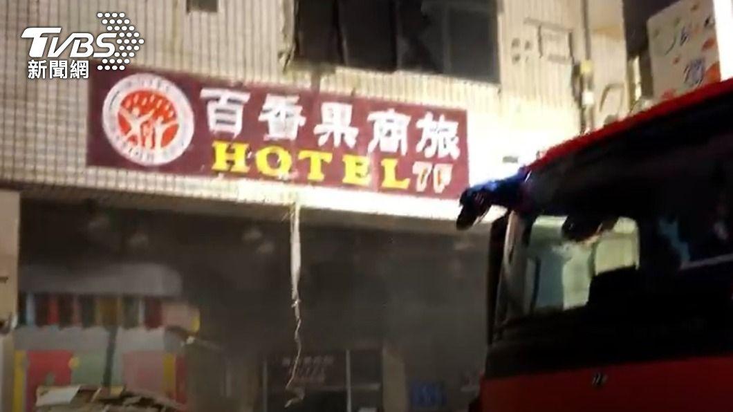 彰化昨(30)日發生大樓大火導致其中防疫旅館住戶以及消防人員死傷,消防專家示警許多場所都需要注意逃生動線問題。(圖/TVBS) 不只旅館!防疫期間縮減出入口 這些場所都要找逃生動線