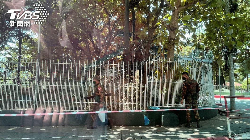 緬甸軍人在街頭巡視。(圖/達志影像路透社) 緬甸軍方統治者警告外媒 勿用軍政府與政變字眼
