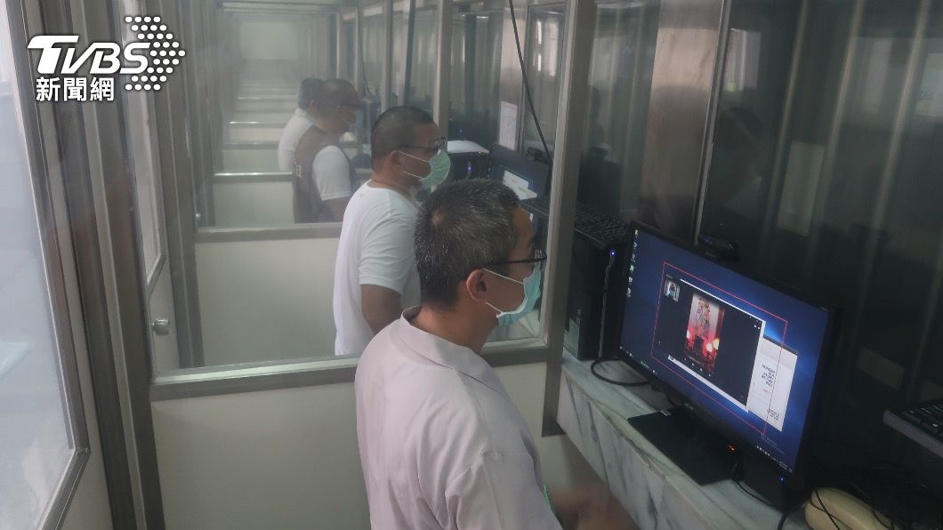 收容人利用視訊設備與家屬通訊。(圖/TVBS) 防疫見不到親友!為安定囚情 監所增視訊接見設備