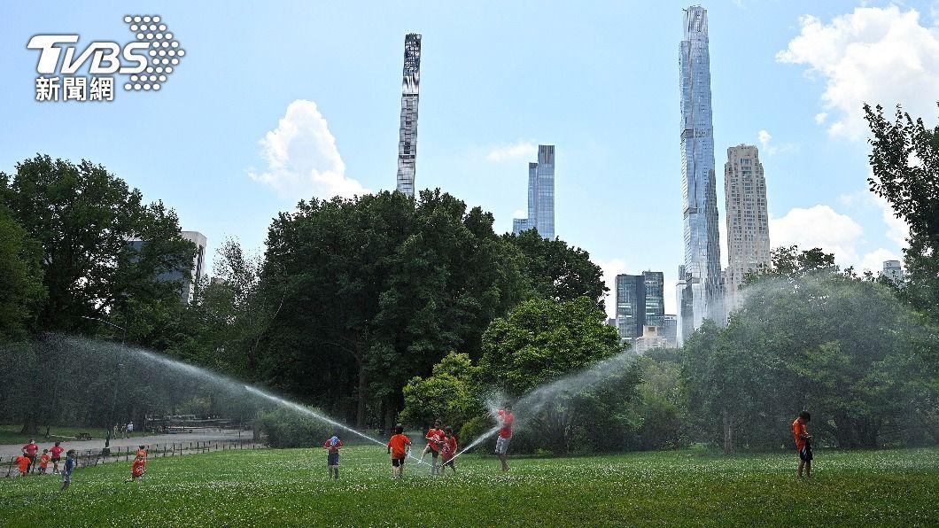 公園灑水降溫。(圖/達志影像美聯社) 美加西部破紀錄高溫多人猝死 野火乾旱風險升高