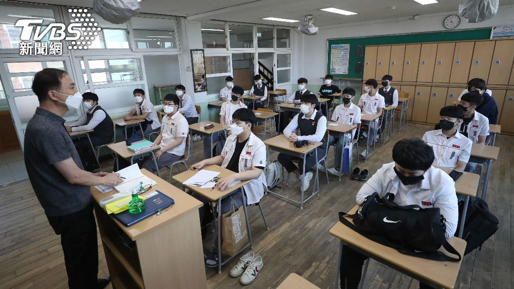 南韓高三學生自19日起便可接種疫苗。(圖/達志影像美聯社) 南韓高三學生7月接種疫苗 50歲以上開放AZ混打