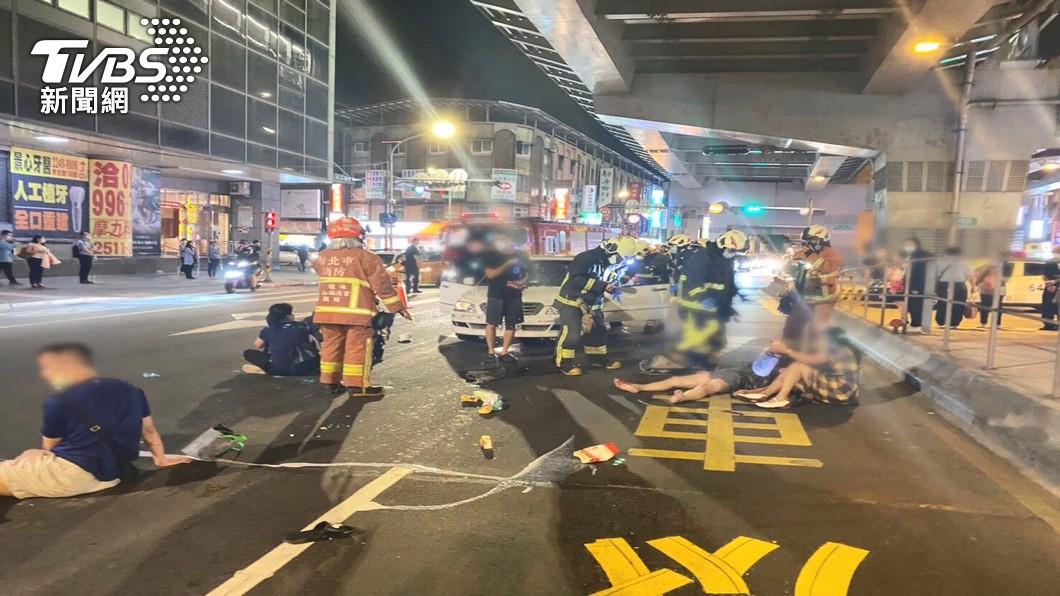 捷運站外行人遭酒駕肇事者撞飛倒地。(圖/TVBS) 捷運站外遭撞飛!5人傷勢曝光 酒駕男:看怎麼賠