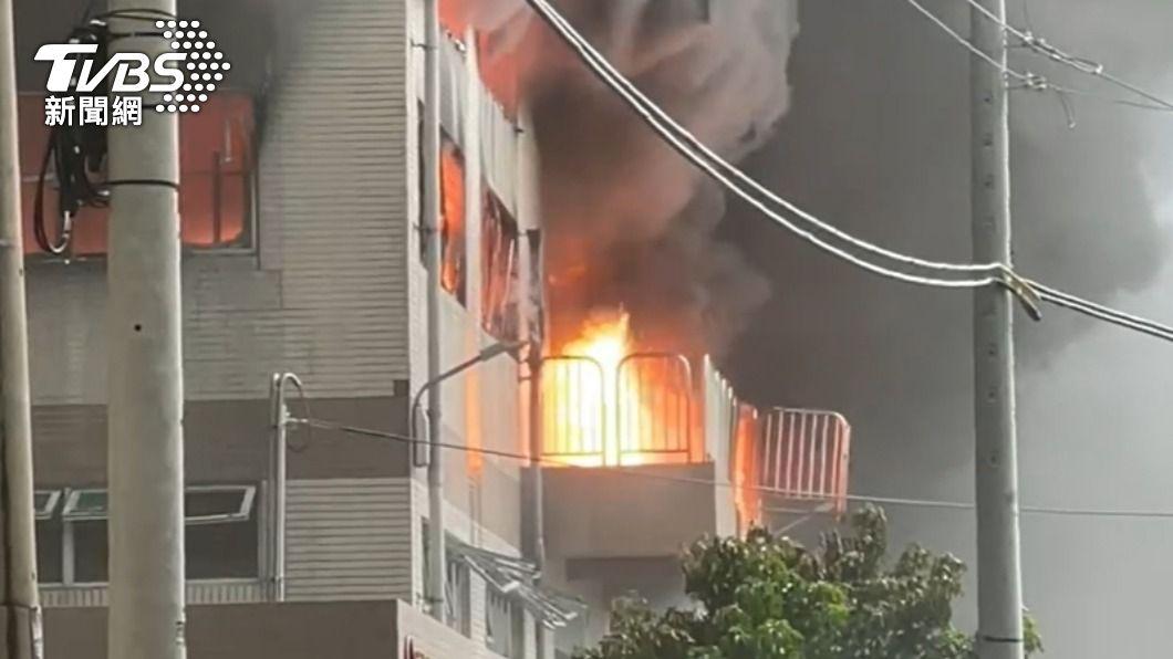 台南山上區包裝工廠大火。(圖/TVBS) 台南包裝工廠大火爆炸聲不斷 2員工助救火嗆傷送醫