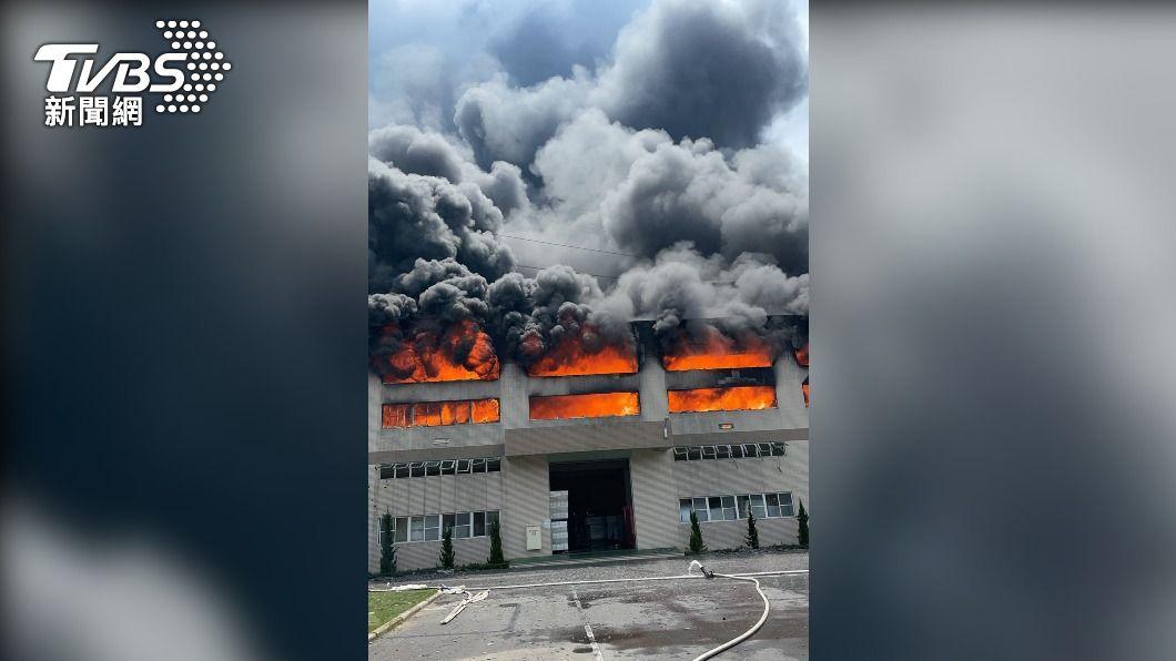 (圖/中央社) 台南華崧包裝工業火警濃煙衝天 2員工嗆傷送醫