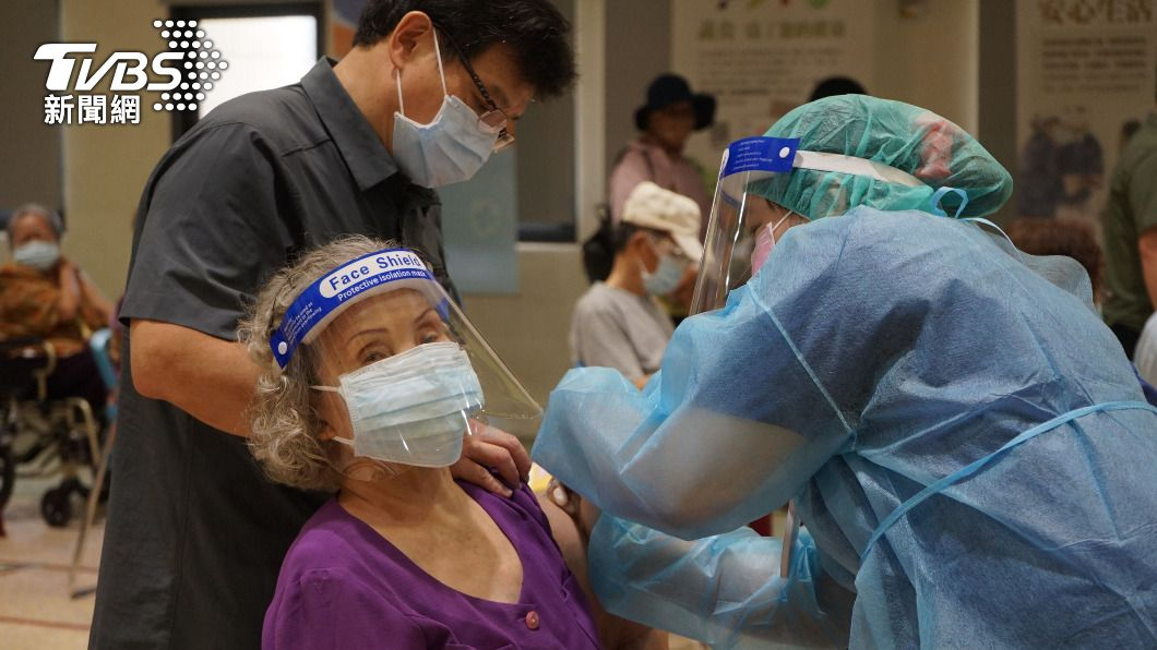 花蓮擴大施打莫德納疫苗。(圖/中央社) 花蓮開放疫苗殘劑現場預約 民眾熬夜排隊登記