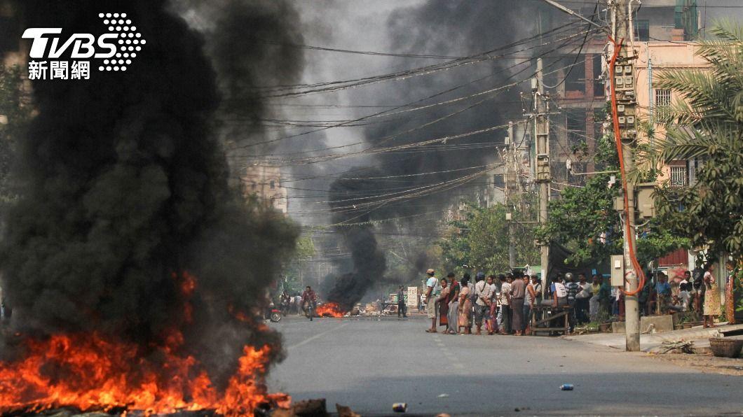 緬甸街頭在大規模示威衝突後,現場焚燒輪胎痕跡。(圖/達志影像路透社) 緬甸軍方濫殺近900人 美國加重經濟制裁