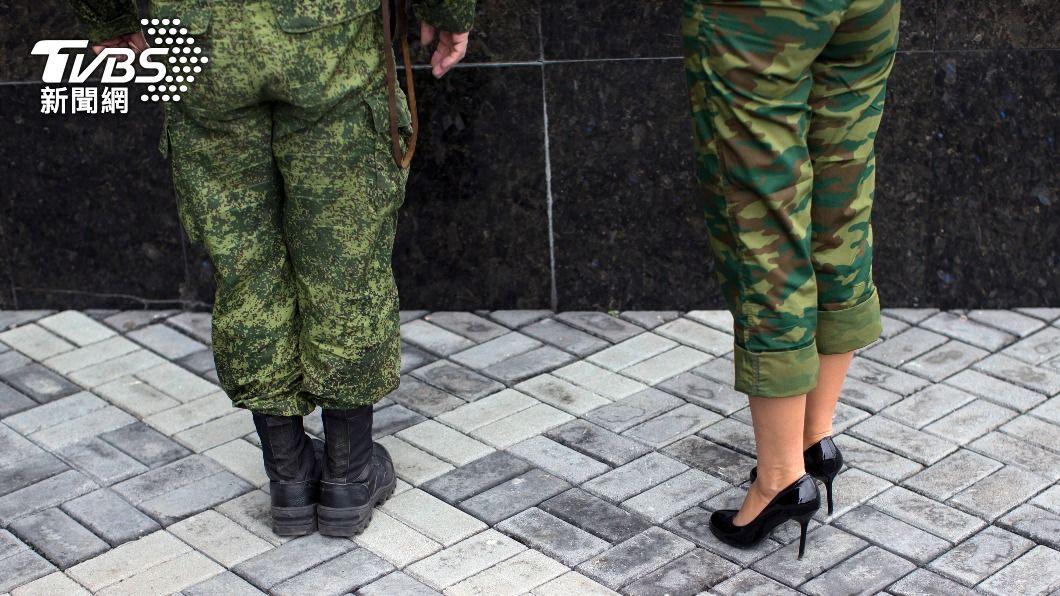烏克蘭國防部讓女性士兵穿著高跟鞋而非軍靴進行閱兵遊行。(示意圖/達志影像路透社) 烏克蘭軍方要女兵穿高跟鞋閱兵 挨批性別歧視、厭女症