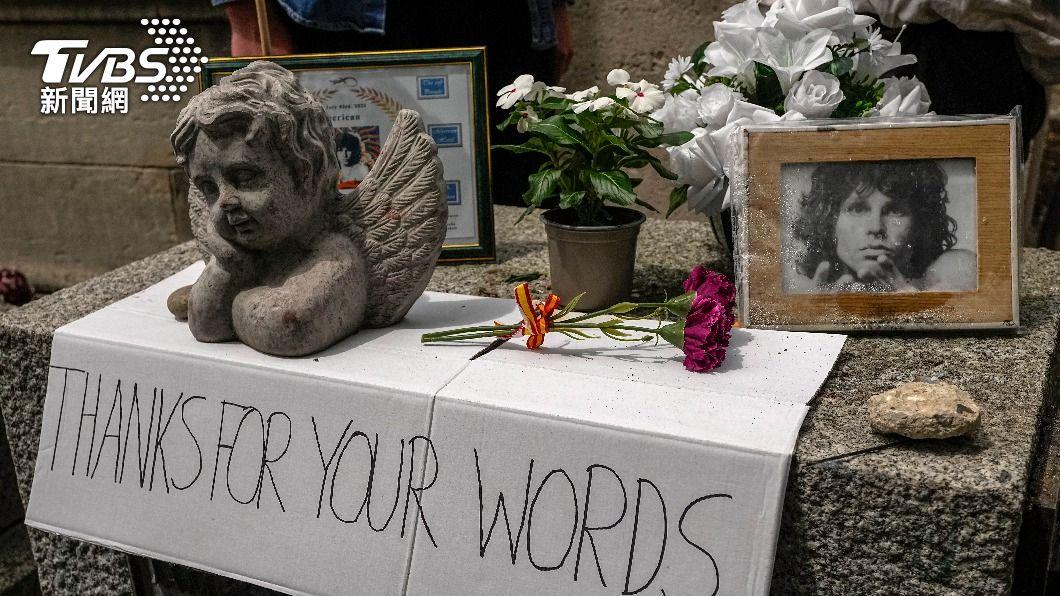 搖滾詩人吉姆莫里森已逝世50年,歌迷齊聚墓園追念。(圖/達志影像美聯社) 吉姆莫里森逝世50年 老少歌迷齊聚巴黎墓園追念