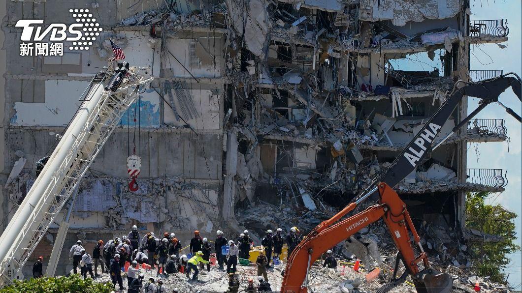 建築物殘存部分出現結構不穩的情形。(圖/達志影像美聯社) 熱帶風暴將襲 佛州大樓搜救全面暫停 家屬無助只能等